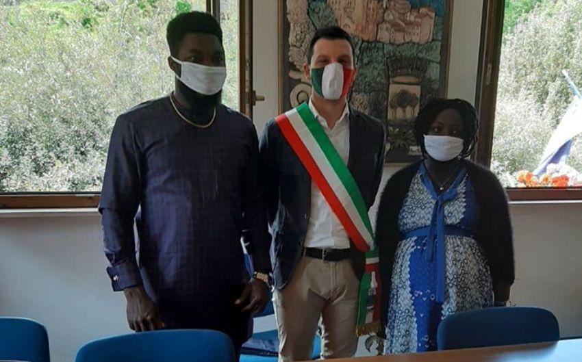 Il matrimonio al tempo del Covid: sposi e sindaco con mascherina