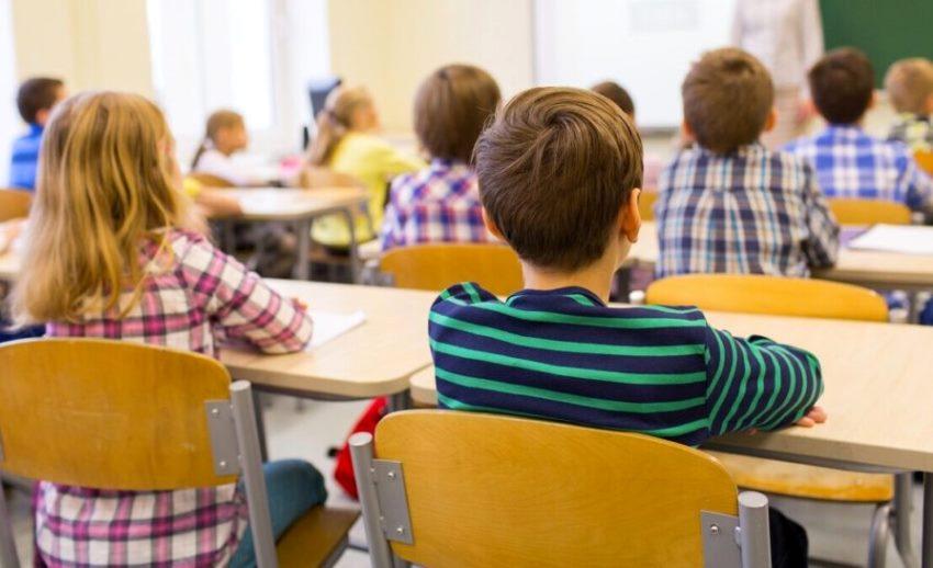 Bambini a scuola per l'ultimo giorno in presenza