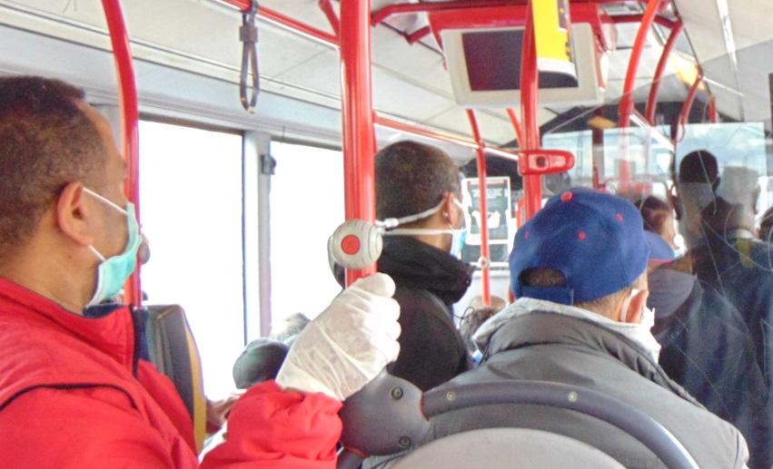 Donna senza mascherina su bus