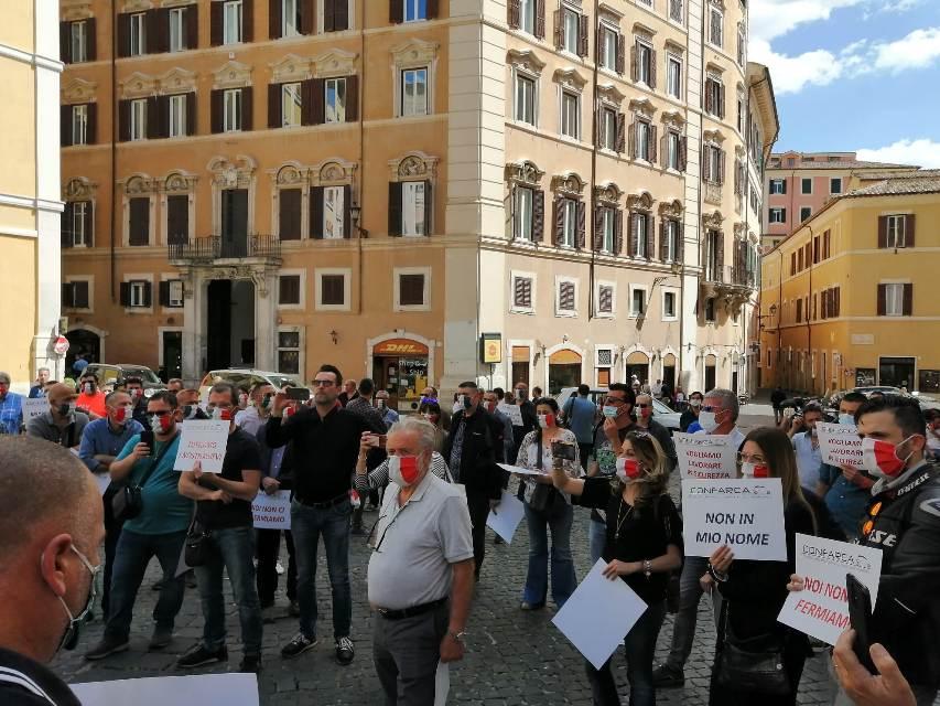 Titolari autuscuole in protesta