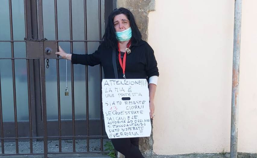 Donna incatenata davanti al palazzo comunale di Artena