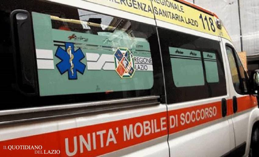 Auto contro un pino, ambulanza