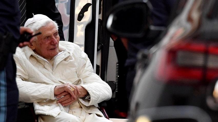Benedetto XVI al suo arrivo a Ratisbona