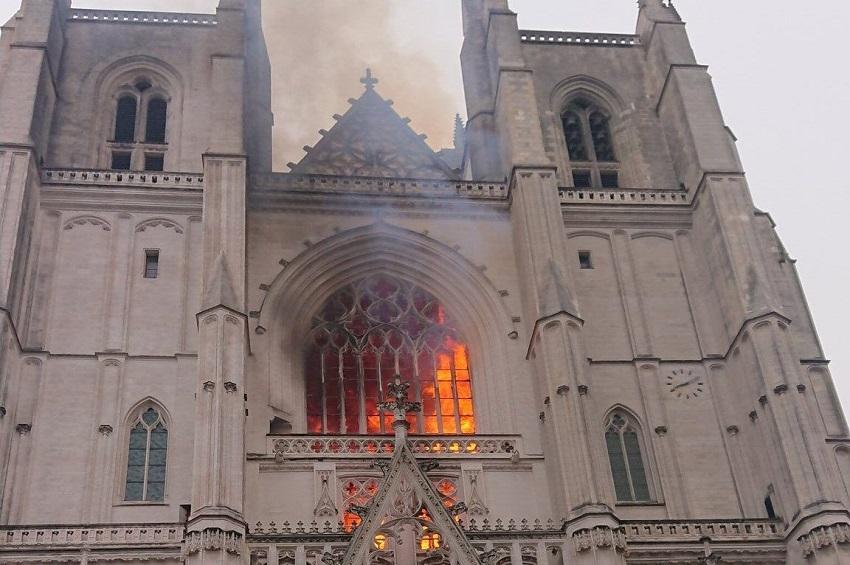 francia: incendio alla cattedrale di nantes