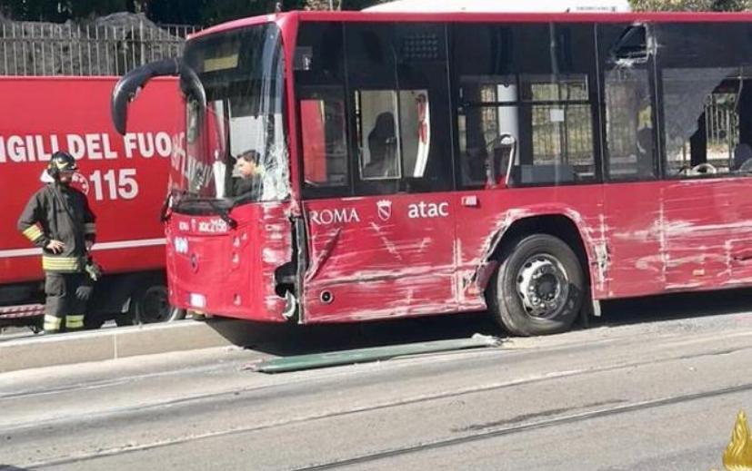 scontro tra bus tra e auto