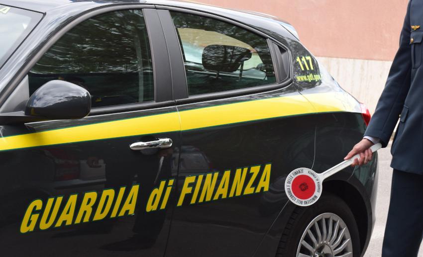 San Cesareo carburante, auto della Guardia di Finanza
