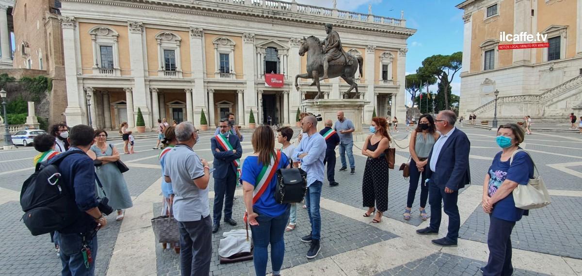 sindaci provincia roma protesta in piazza del campidoglio emergenza rifiuti roma