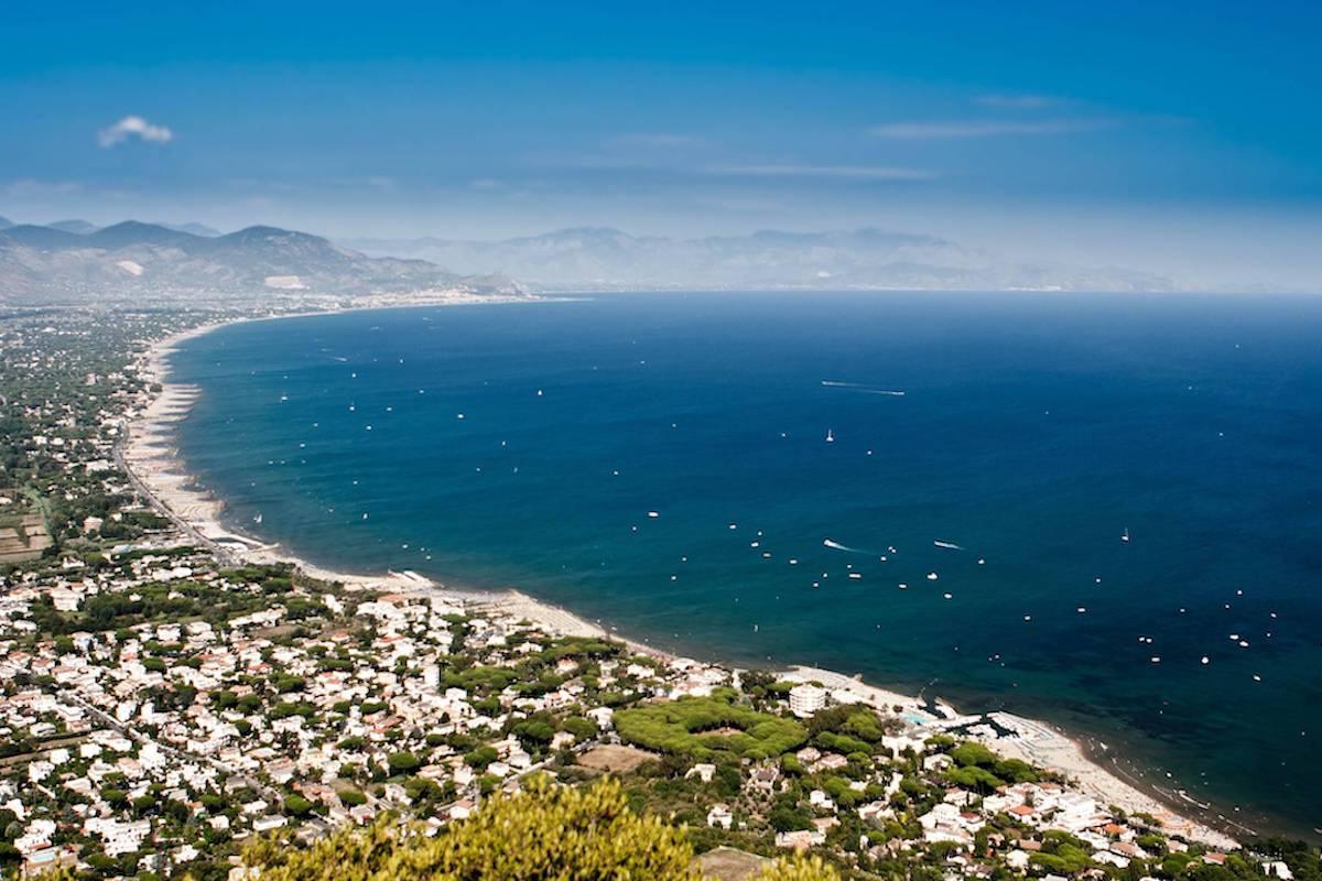 Veduta dall'alto del litorale laziale