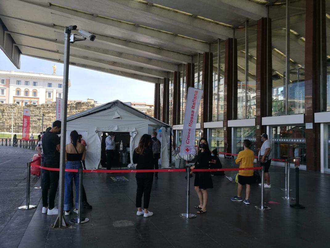 stazione Termini di Roma, persone in attesa di fare il tampone rapido