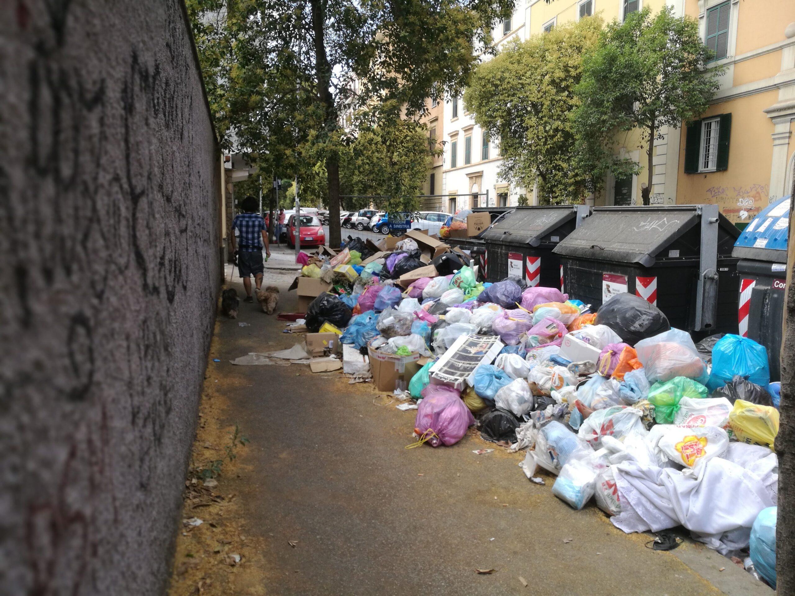 rifiuti sui marciapiedi differenziata raccolta roma