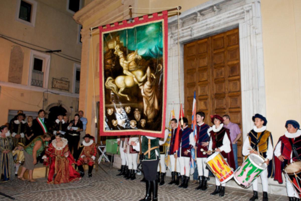 Le cerimonie del Pallio della Carriera tra sbandieratori e tamburi in festa