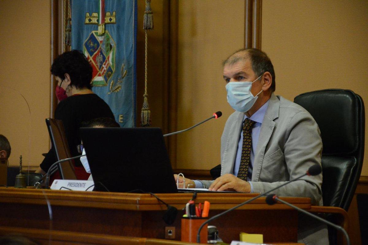 Marco Vincenzi, Presidente del Consiglio Regionale del Lazio mentre comunica l'approvazione dei due provvedimenti