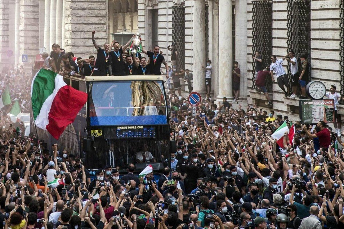 bus nazionale calcio campione europa festeggiamenti assembramenti tifosi italiani covid lazio