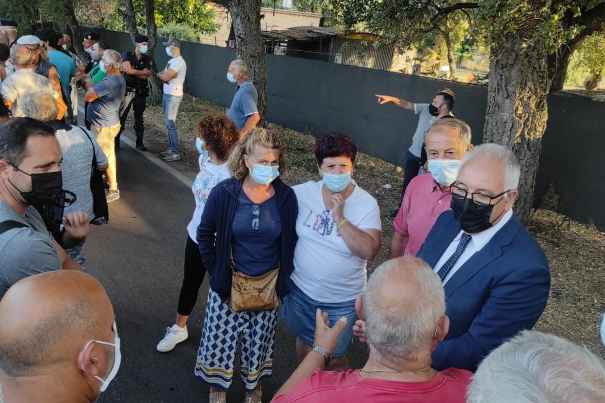 Il sindaco di Guidonia Michel Barbet presente al presidio No discarica di Albano Laziale