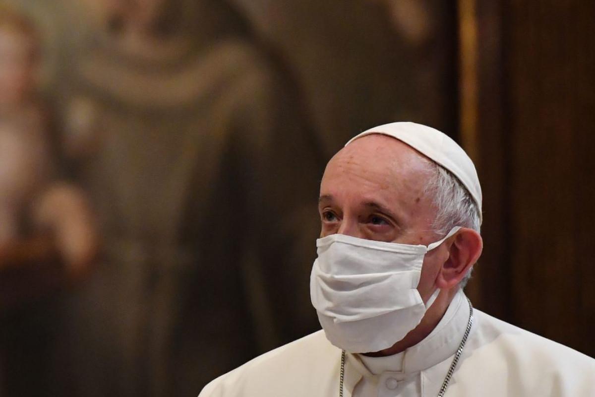 Papa Francesco durante una celebrazione con la mascherina