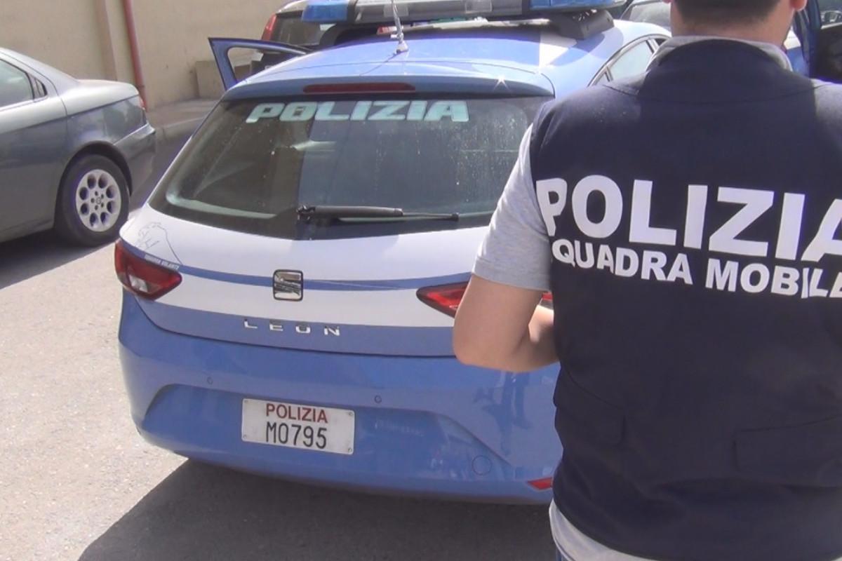 Una macchina e un uomo della Squadra Mobile della Polizia