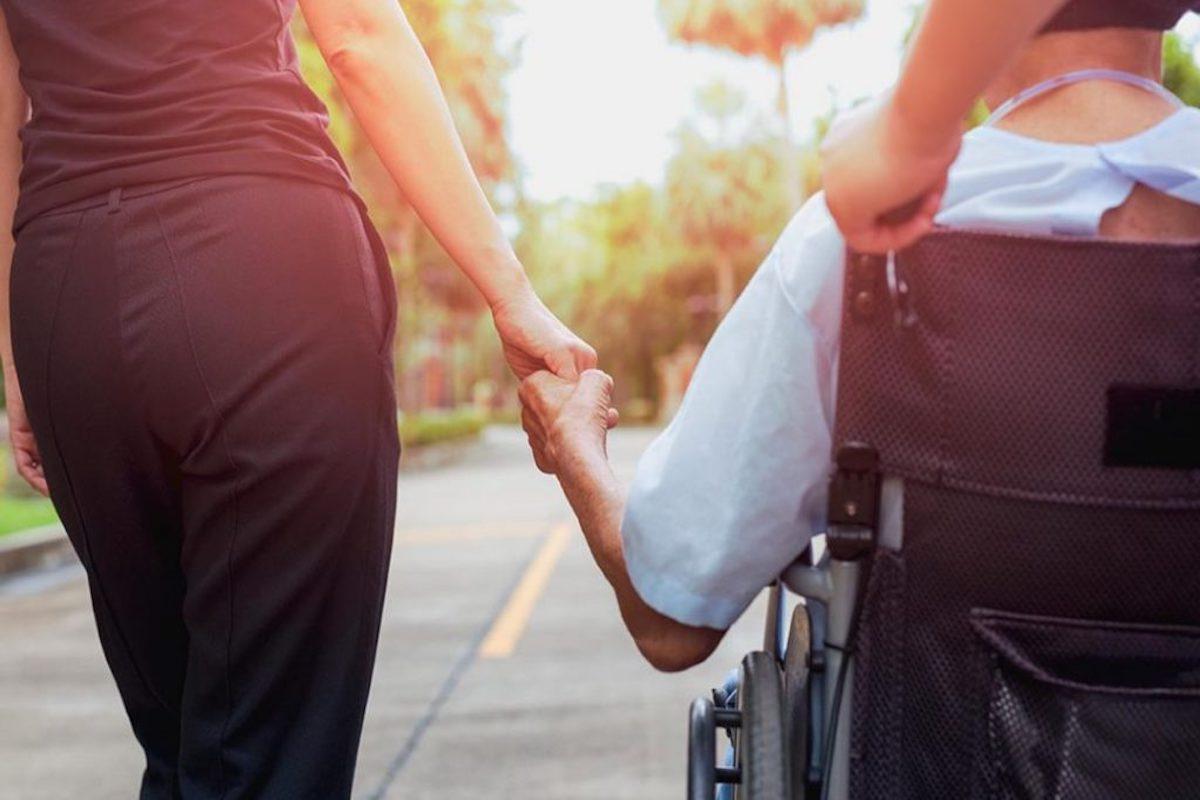 Una caregiver e il suo assistito