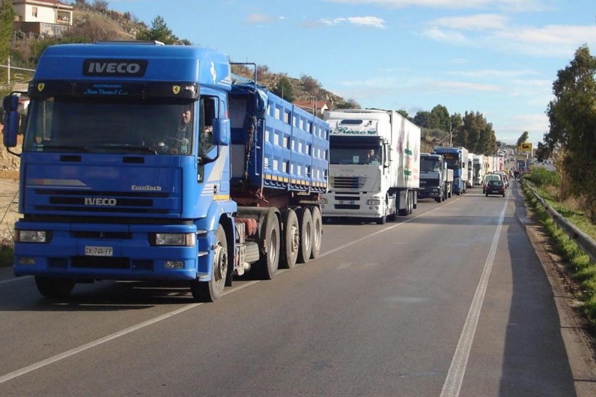Una lunga fila di camion in strada