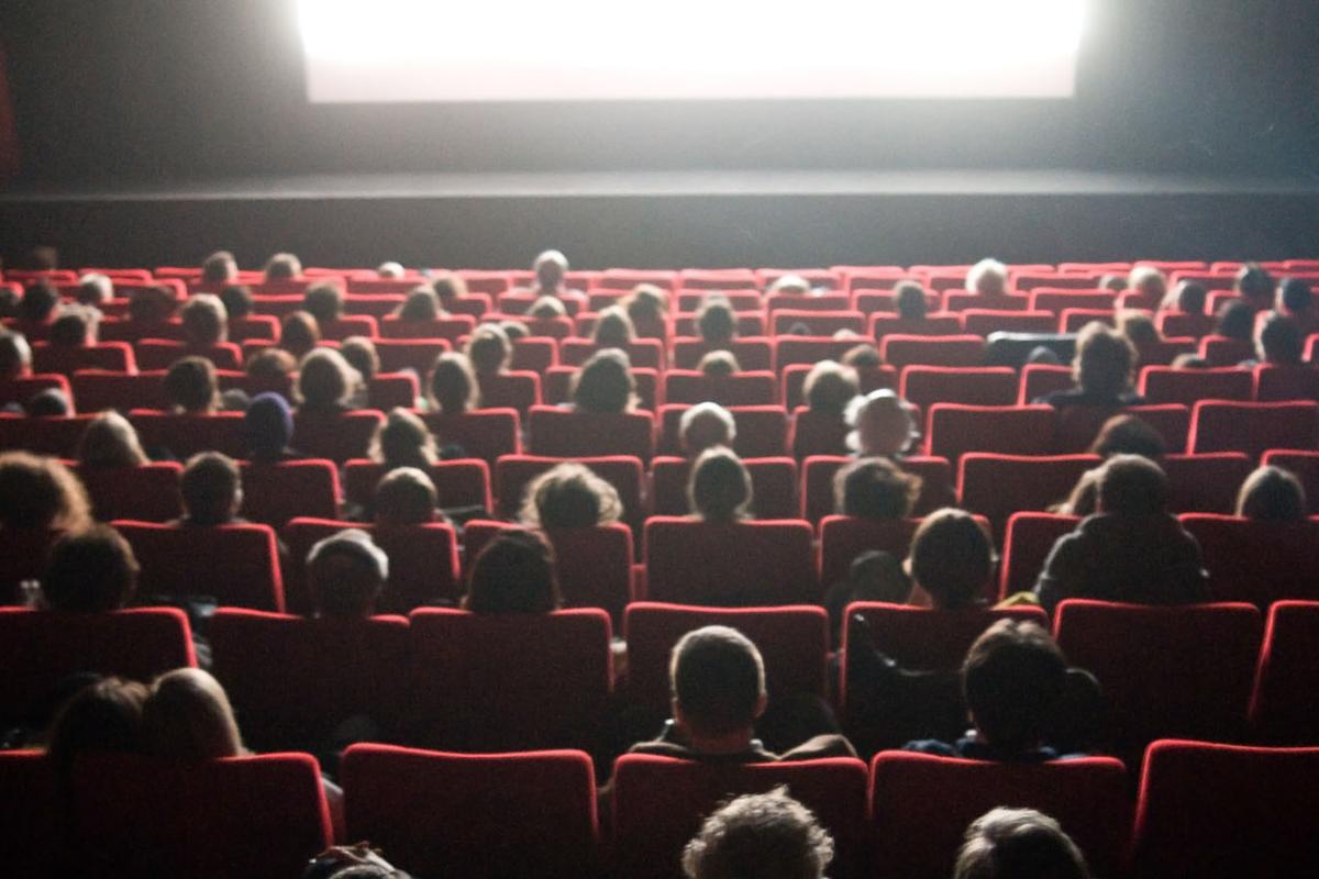Un cinema al chiuso quasi totalmente pieno durante una proiezione