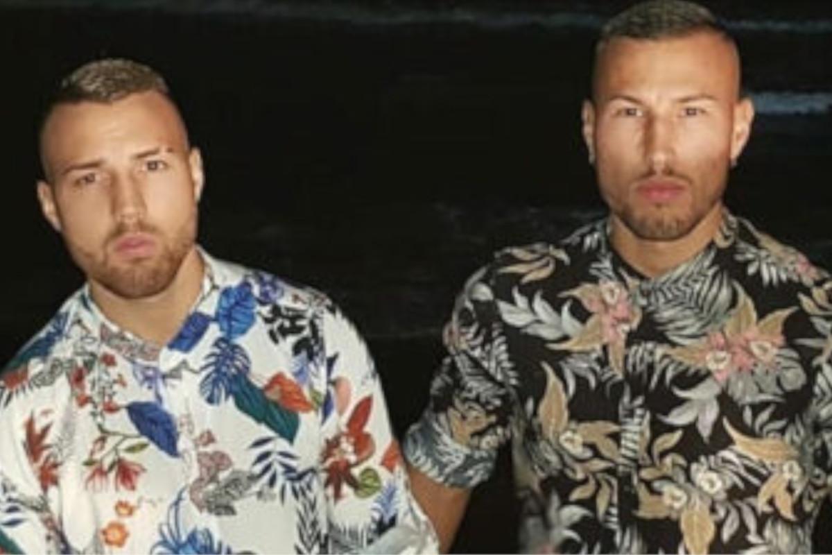 Una foto che ritrae i Fratelli Bianchi in camicia