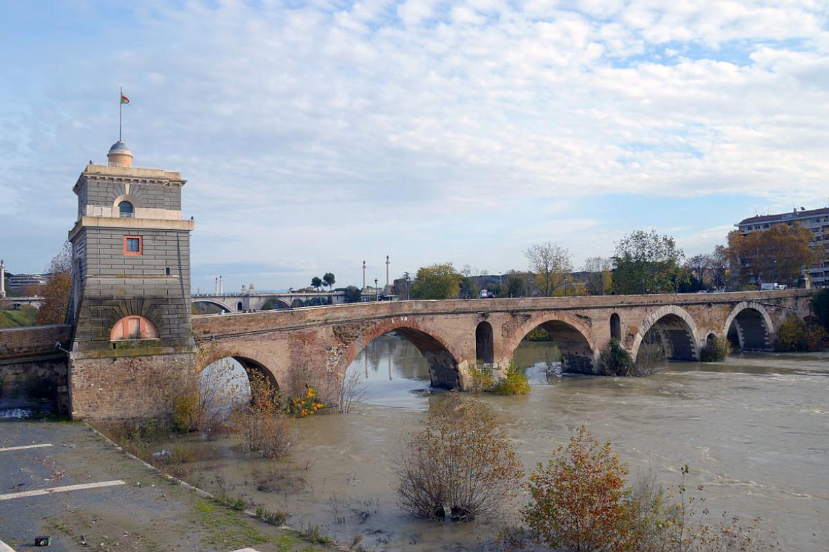 Un'immagine che mostra interamente Ponte Milvio in tutta la sua bellezza