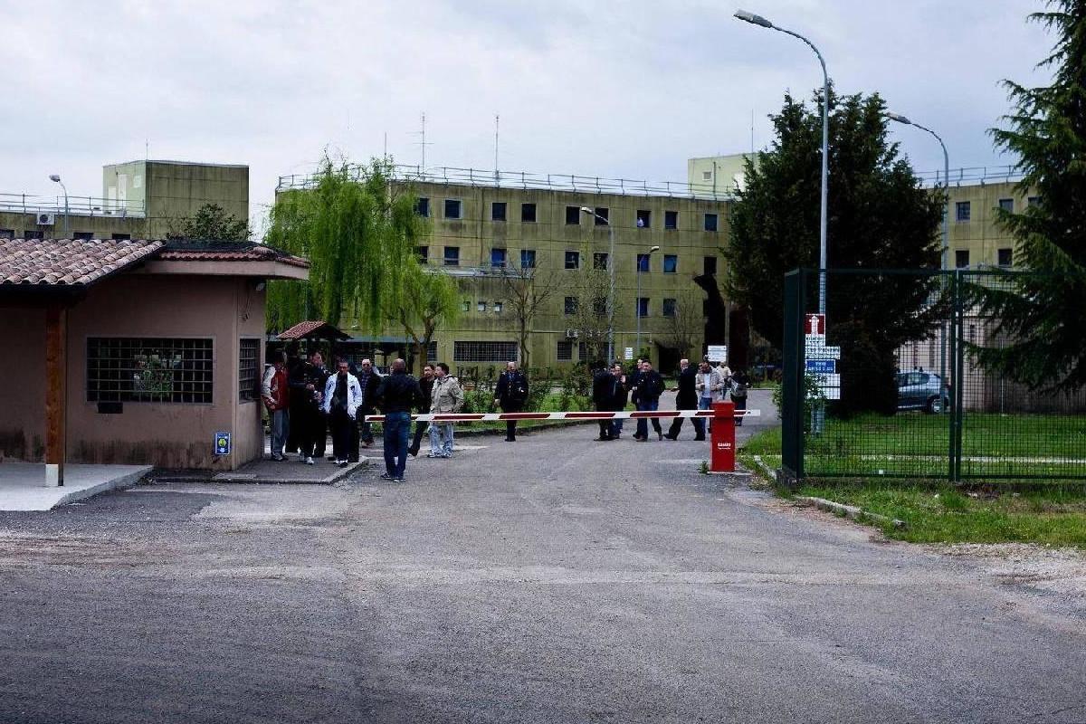 Un'immagine dall'esterno del carcere di Frosinone