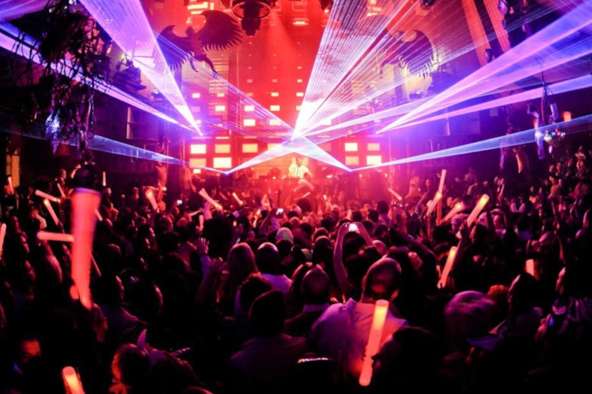 Ragazzi che ballano in una discoteca al chiuso