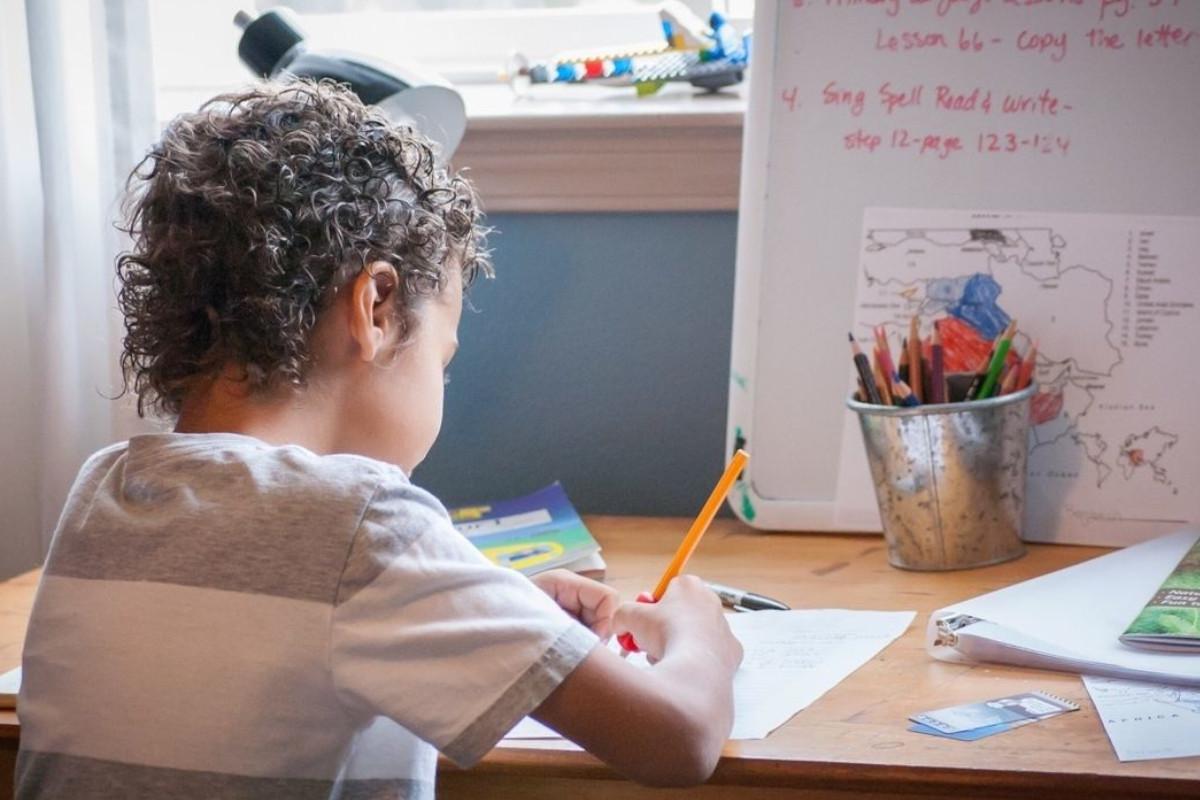 Bambino alle prese con lo studio in modalità di homeschooling