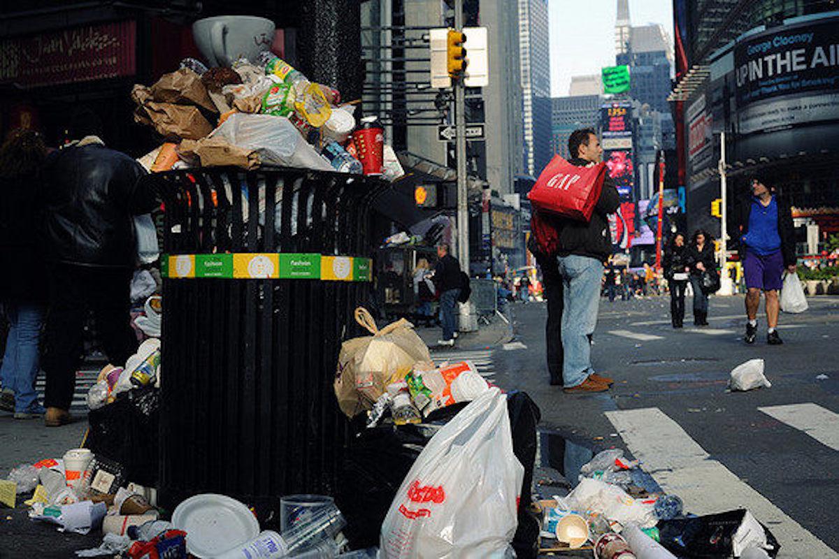 Cestino colmo di immondizia a New York