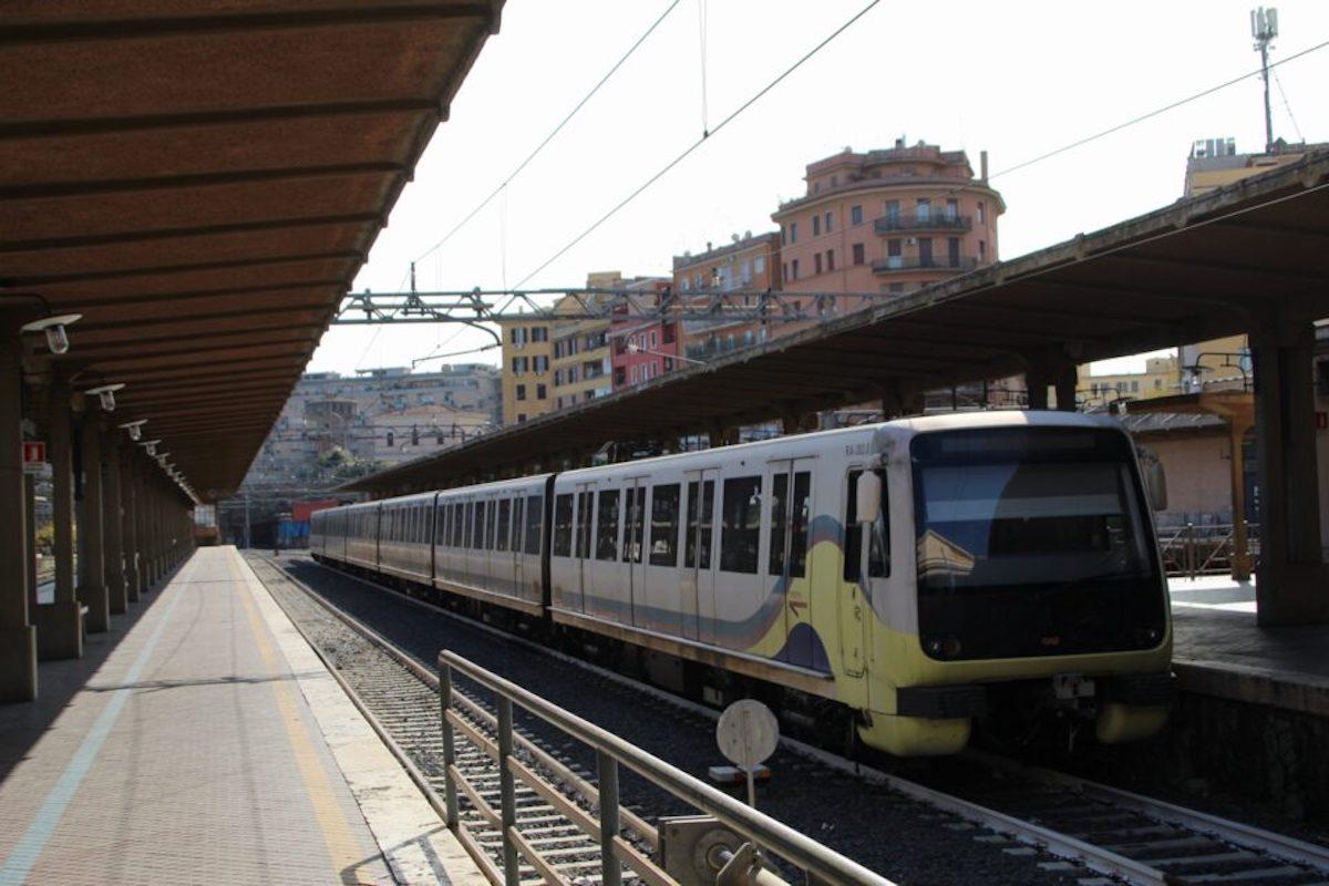 Treno nella stazione Roma-Lido