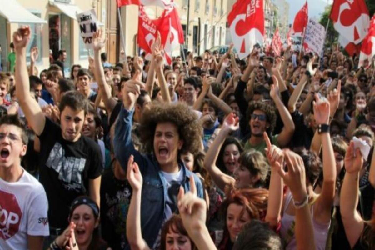 manifestanti che gridano
