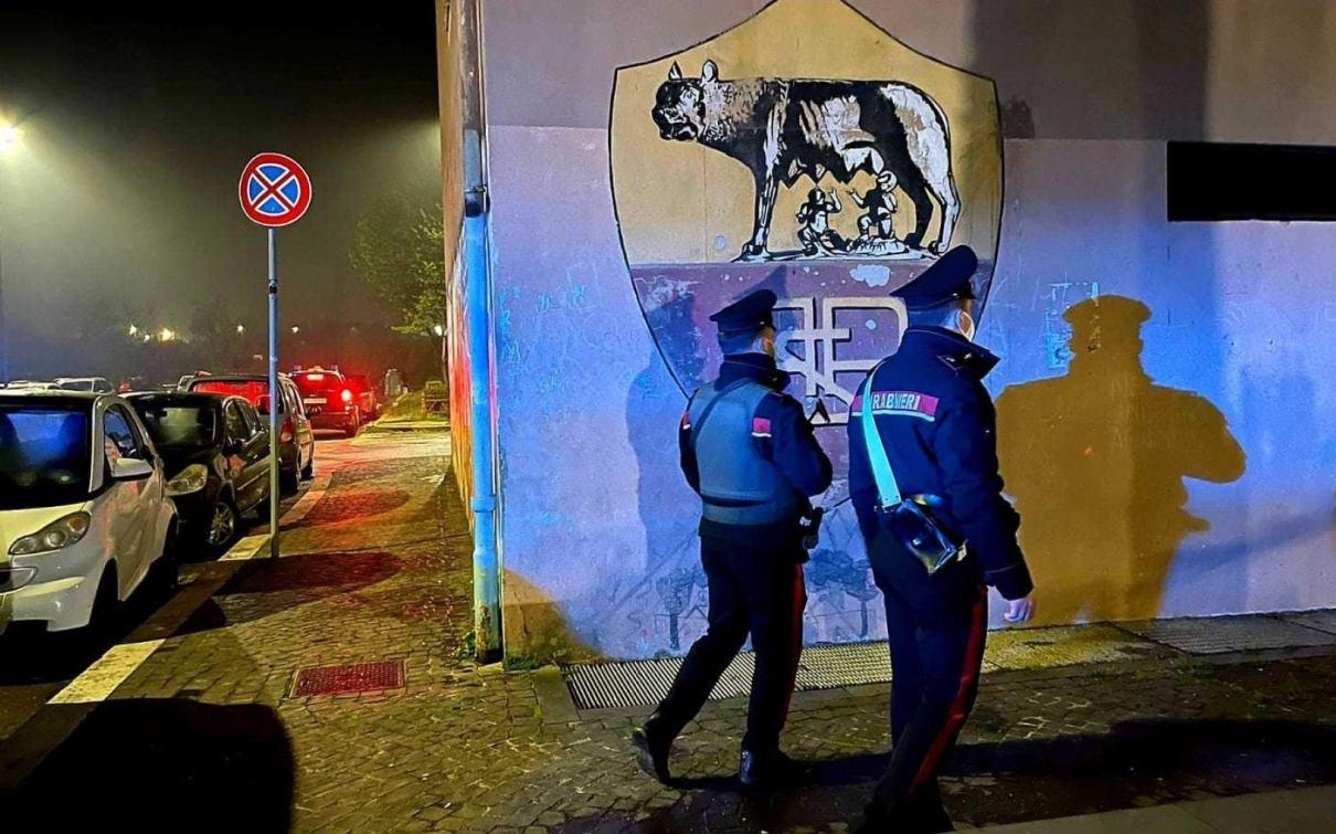 carabinieri controllano la palazzina detta