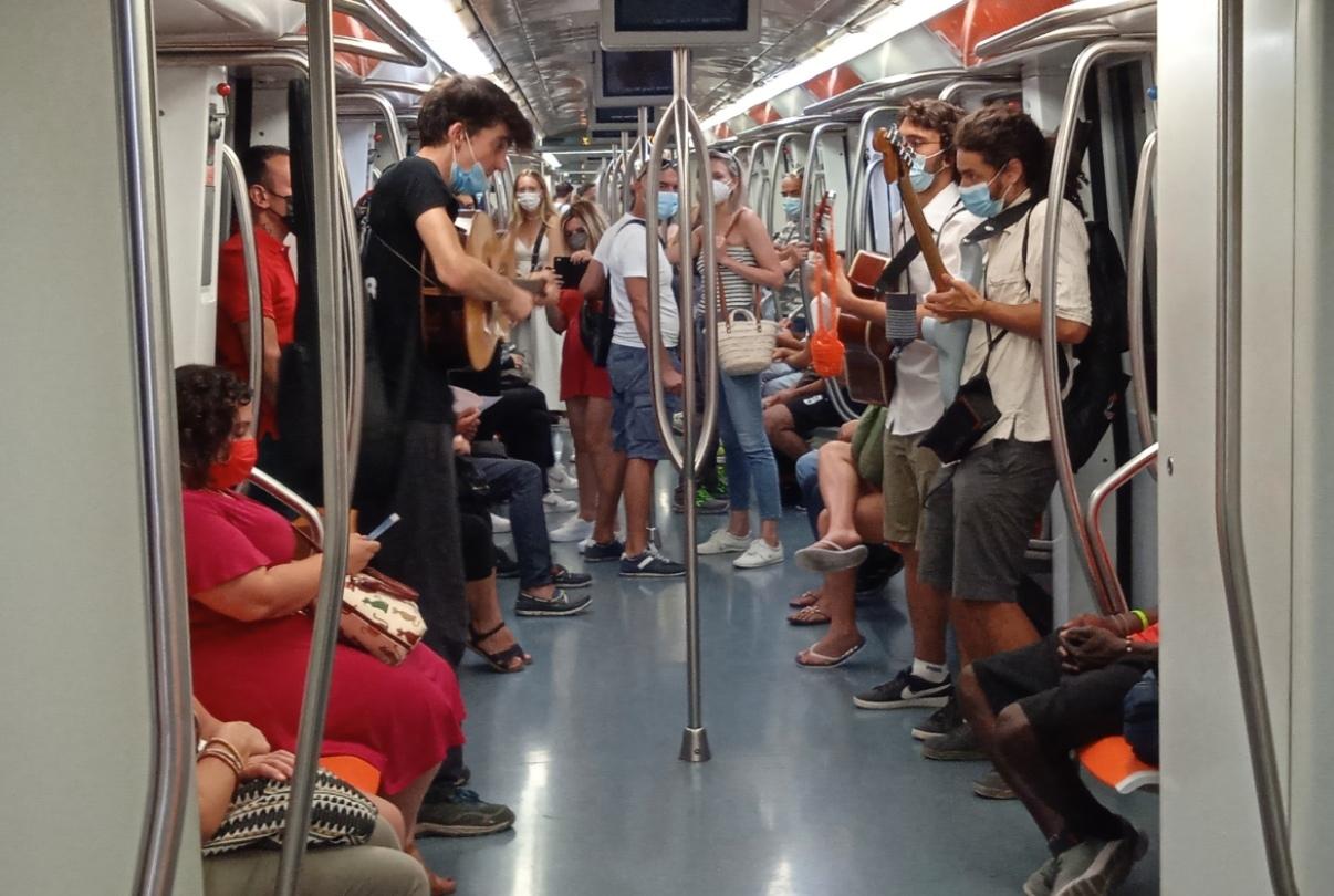 metro di roma, passeggeri che suonano la chitarra