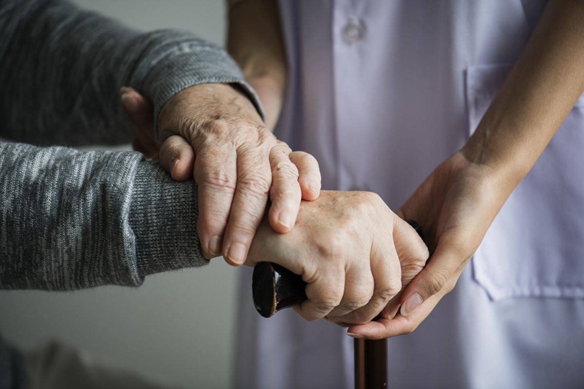 un anziana assistita da una badante