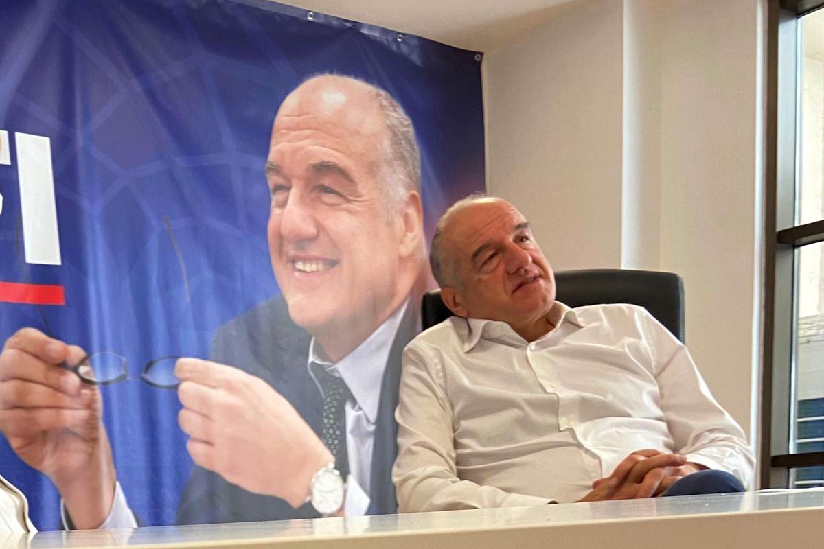 Enrico Michetti rilassato in poltrona