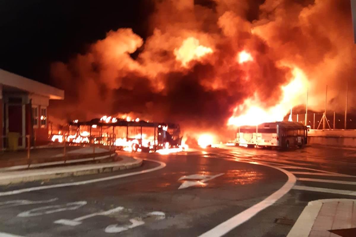Incendio autobus Tor Sapienza a Roma